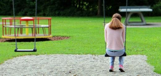 Billedet viser en ensom kvinde.