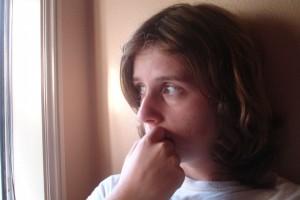 Billedet viser en usikker ung kvinde.