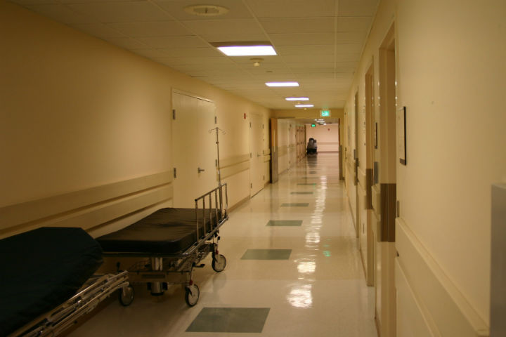 Billedet viser en hospitalsgang.
