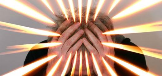 Billedet viser en stresset mand.