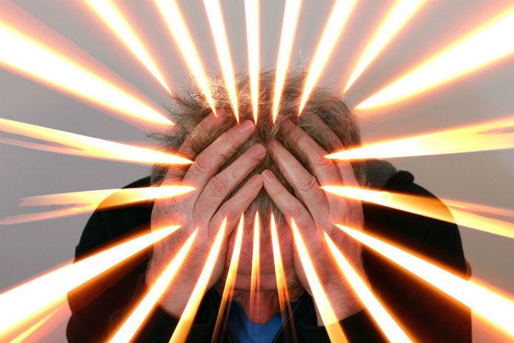 Billedet viser en stresset mand. Kapoitlet handler om at være ekstremt stresset og lydfølsom.