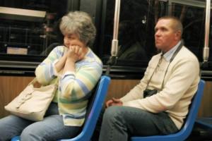 Billedet viser en angst kvinde i en bus.