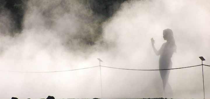 Billedet viser en kvinde, der går i en tåge.