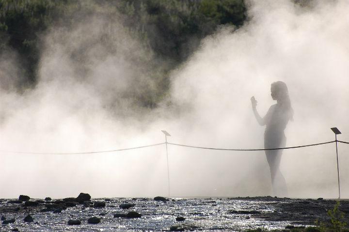 Billedet viser en kvinde, der går i en tåge. Kapitlet handler om dissociation, når hjernen går i stå og flashback.