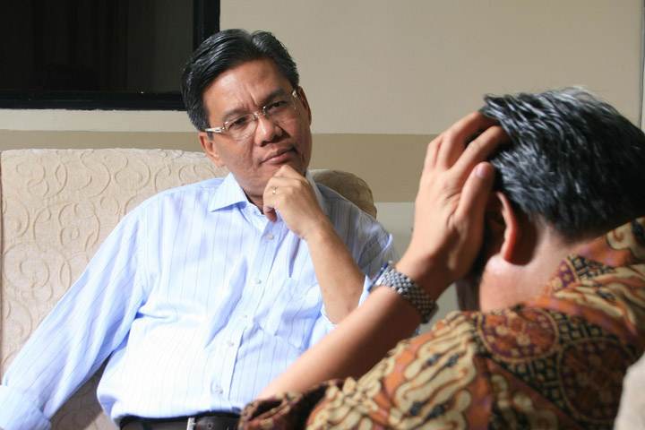 Billedet viser en mand i terapi. Afsnittet handler om PTSD behandling.