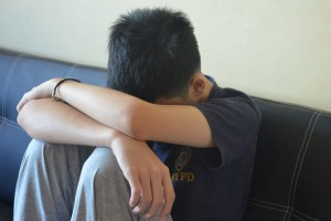 Billedet viser en dreng, der har PTSD. Afsnittet handler om behandling af ptsd ved børn og teenagere.
