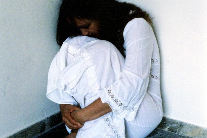 Billedet viser en pige, der skjuler sig. Afsnittet handler om PTSD og undgåelse.