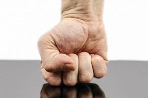 Billedet viser en knyttet hånd. Afsnittet handler om vrede og traumer.