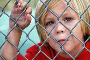 Billedet forestiller en trist dren. Siden handler om hvilke børn der får PTSD.