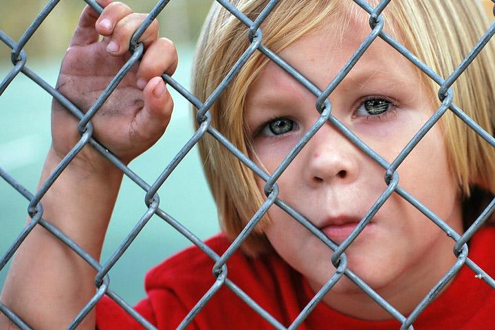 Billedet forestiller en trist dreng. Siden handler om hvilke børn der får PTSD.