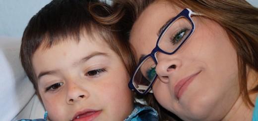 Billedet forestiller en mor og et barn. Siden handler om hvordan forældre kan hjælpe deres børn.