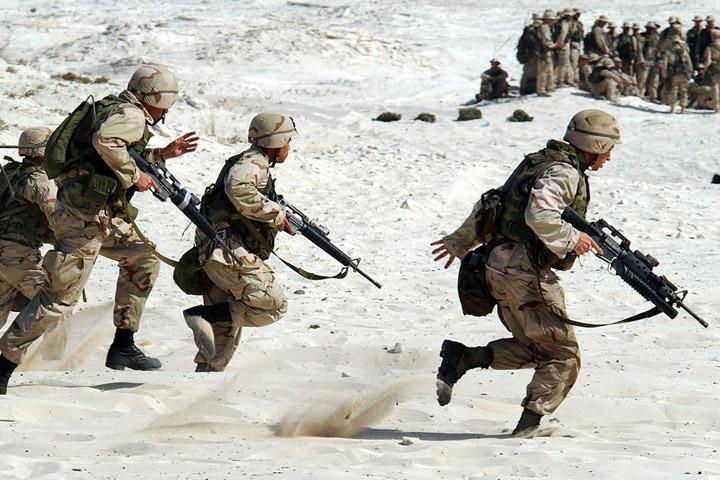 Billedet viser nogle soldater, Siden handler om hvad der giver soldater ptsd.