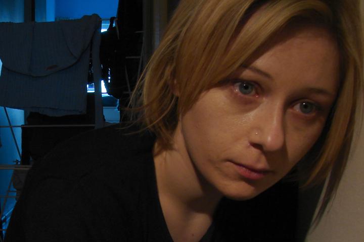 Billedet viser en depressiv kvinde. Siden handler om hvordan PTSD har ændret hverdagen.