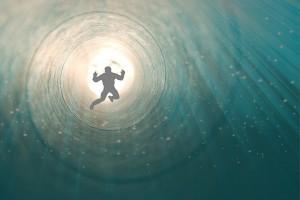 Billedet viser en mand på vej ind i døde.n. Siden er en beretning om en der får en hjerneblødning.