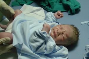 Billedet viser en nyfødt. Siden er en beretning om en fødsel på sovemedicin.