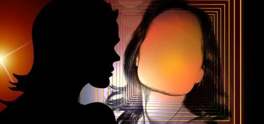 Billedet viser en kvinde med et tomt ansigt. Siden handler om borderline i forhold til Kompleks PTSD.