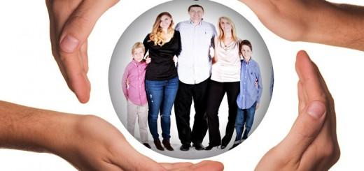Billedet viser en familie. Siden handler om behandling af komplekse traumer hos børn og unge.