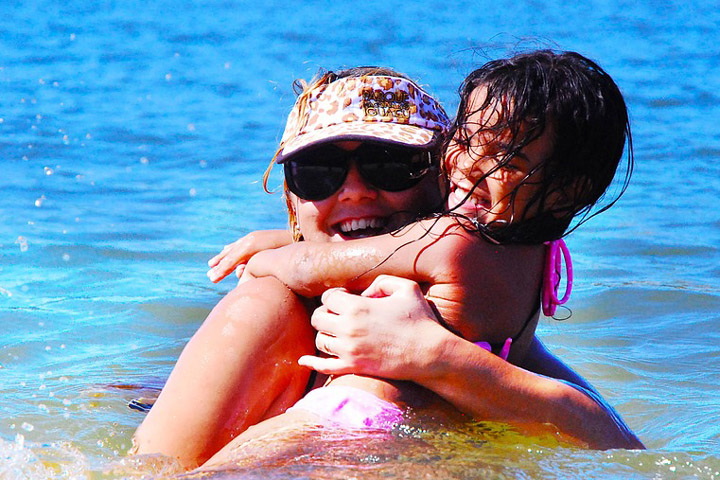 Billedet viser en mor og datter. Siden handler om hvordan du hjælper dit barn som har komplekse traumer.