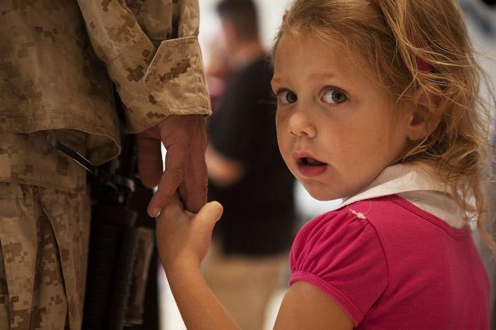 Billedet viser et barn med sin far i hånden. Siden handler om når et barns forælder har PTSD.