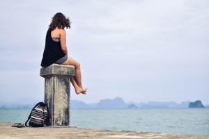 Billedet viser en kvinde der ser ud over havet. Siden handler om hvordan man kan hjælpe et familiemedlem med PTSD.