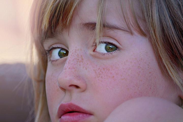 Fotoet viser en pige der holder øje. Siden hander om livet med vagtsomhed.