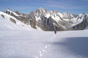 Billedet viser en mand der går alene i sneen. Siden handler om hvordan traumer kan gøre dig isoleret og ensom