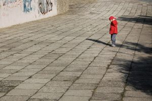 Siden handler om hvordan Kompleks PTSD udvikles. Billedet viser en ensom dreng.