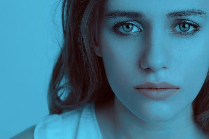 Siden handler om følelse og traumer. Billedet viser en trist ung kvinde.