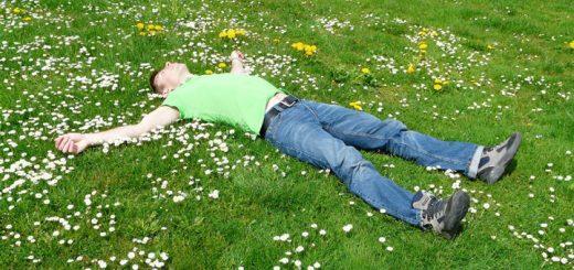 Bileddet viser en mand der slapper af på ryggen. Siden handler om Progressiv muskel afslapning.