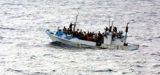 Billedet viser flygtninge på en båd. Siden handler om traumebehandling af flygtninge.