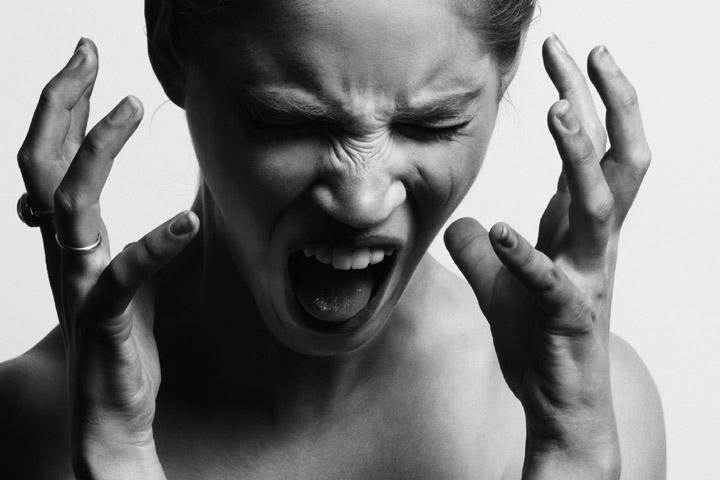 Fotoet viser en vred kvinde. Af Gabriel Matula. Siden handler om vrede, aggression og PTSD.