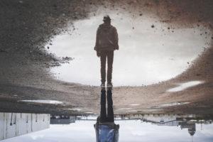 Fotoet viser en mand spejle sig. Siden handler om flashabak og påtrængende minder. Fotoet er af Randy Jacob.