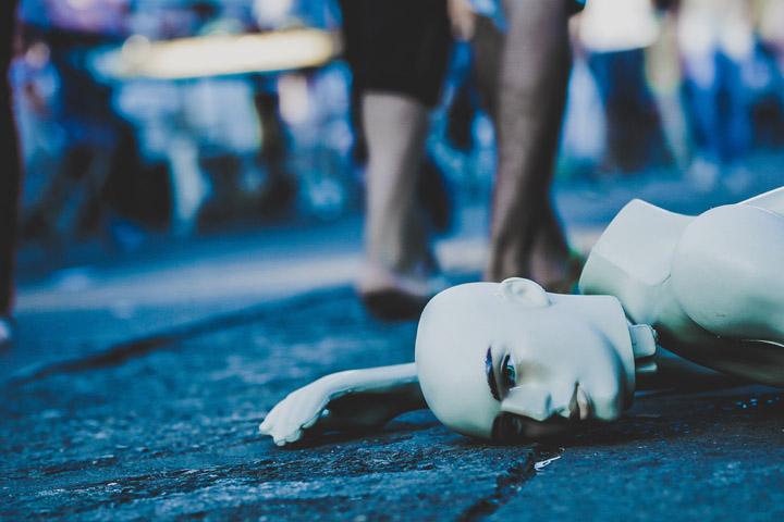 Fotoet viser en væltet manequindukke, og er fotograferet af Edu Lauton. Siden handler om Anne, som fik Kompleks PTSD af psykisk vold, sex og død.