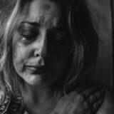 Billedet forestiller en traumatiseret kvinde. Fotoet er taget af Kat J. fra Unisplash.