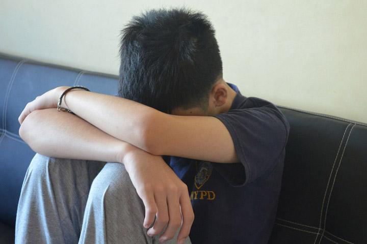 Billedet viser en dreng, der har PTSD. Afsnittet handler om PTSD hos børn og teenagere.