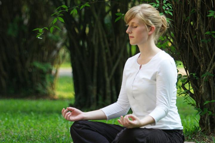 Billedet forestiller en kvinde der mediterer. Afsnittet handler om selvhjælp efter traumer.