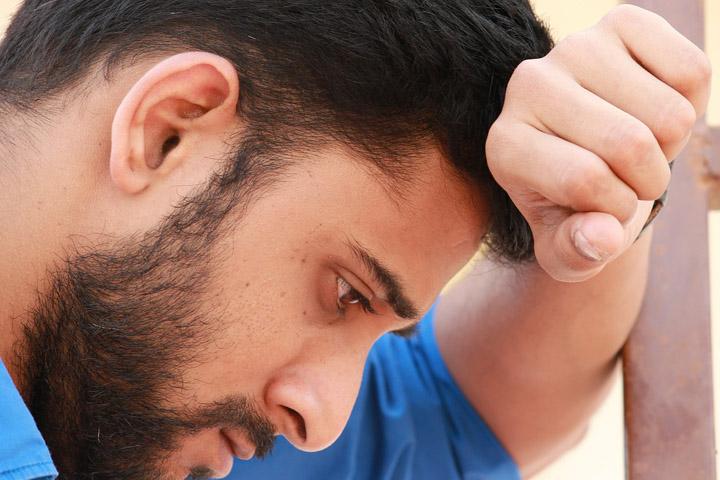 Billedet forestiller en mand der tænker. Afsnittet handler om akutte reaktioner på et trauma.