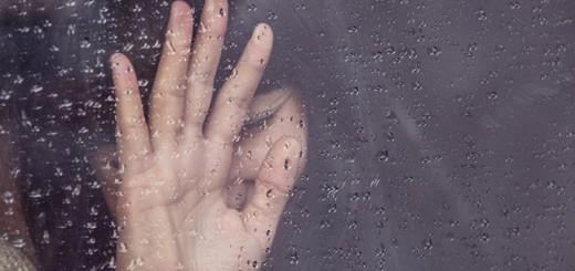 Billet viser en sørgende kvinde. Siden handler om hvordan det føles at blive traumatiseret.