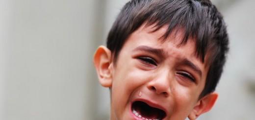 Billedet forestiller en grædende dreng. Siden handler om hvordan traumatisk stress ses hos børn.