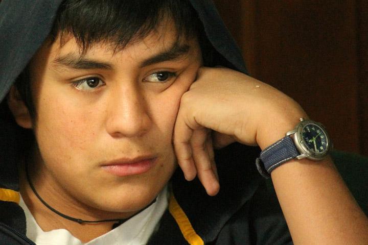 Billedet viser en tænksom dreng. Siden handler om, hvorvidt et barn har brug for behandling for komplekse traumer.
