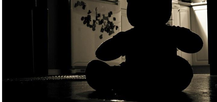 Billedet viser en ensom bamse. Siden handler om hvad komplekse traumer er.