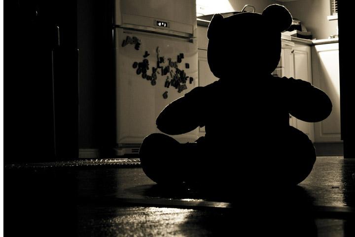 Billedet viser en ensom bamse. Siden handler om traumer i barndommen.