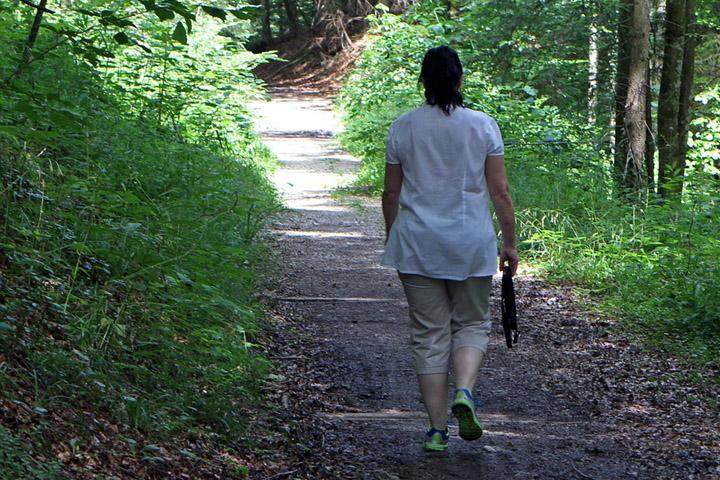 Billedet viser en kvinde der går tur. Siden handler om hvordan motion kan lindre angst, stress og depression.