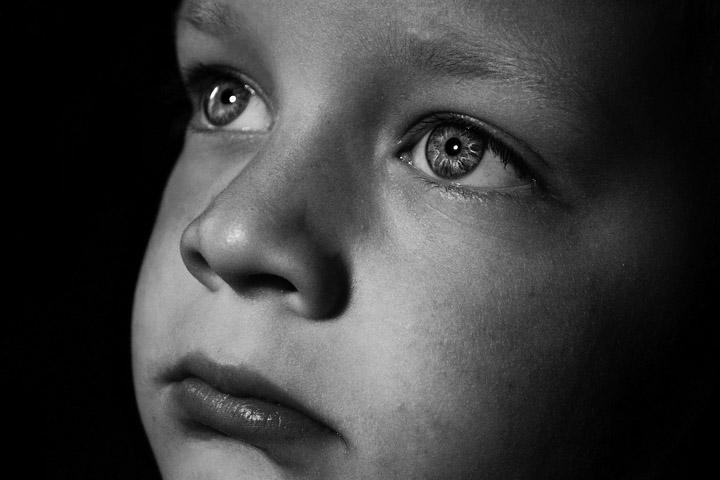 Billedet viser en trist dreng. Siden handler om psykisk mishandling.
