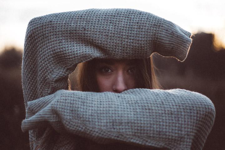 Billedet viser et udsnit af en kvinde. Siden handler om en verden, der er skrumpet ind. Fotoet er af Norman Toth.