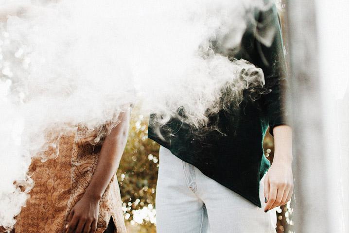 Fotoet viser personer indhylet i tåge. Fotoet er taget af Mosa Moseneke. Siden handler om dissociativ amnesi.