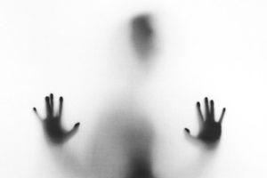 Fotoet viser en person i tåge. Siden handler om hjernen ved PTSD og dissociative symptomer. Fotoet er taget af Stefano Pollio.