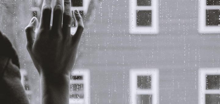 Fotoet viser en kvinde i sig hjem, hvor regnen falder på ruden. SAiden handler om Kompleks PTSD - mit usynlige helvede. Fotoet er taget af Kristina Tripkovic.