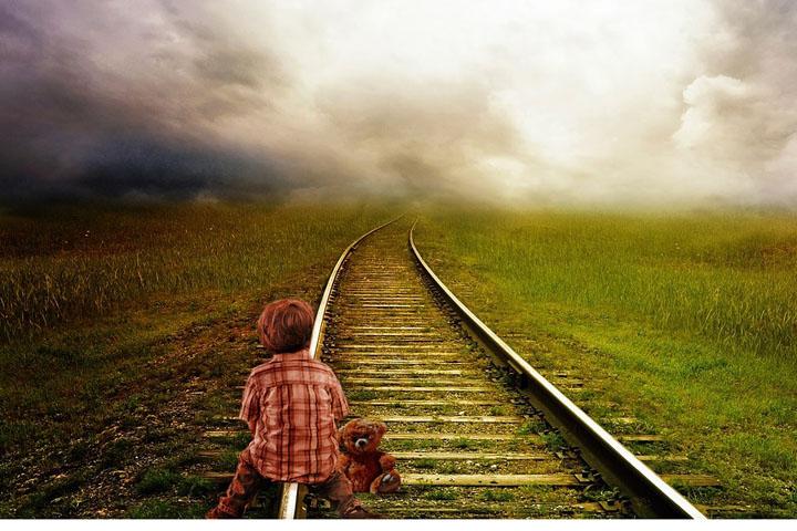 Fotoet viser en dreng, der sidder på nogle skinner. Siden handler om en kvindelig lokomotivfører, hvis liv blev ødelagt af svigt og traumer.