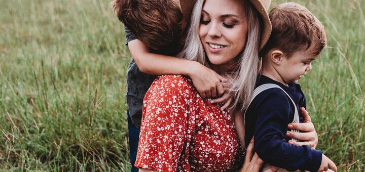 """Fotoet viser en mor med børn, Siden handler om """"Børnene holder traumatiserede kvinder i gang"""". Fotoet er taget af Jessica Rockowitz."""